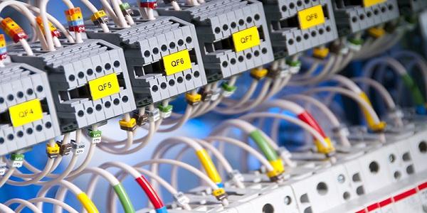 Illustration de prestation de service dans le domaine de l'électricité industrielle à QCT-BÉNIN